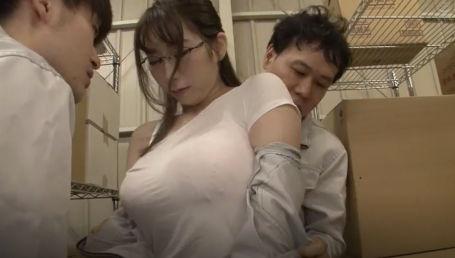 倉庫勤務の隠れ爆乳地味系女子は男だらけの職場で毎日セクハラされてる