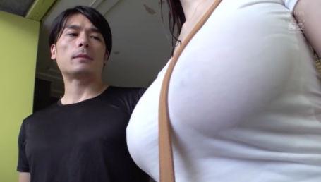 雨宿りで偶然一緒になった女が美人で超爆乳でしかもノーブラで乳首透けてた…