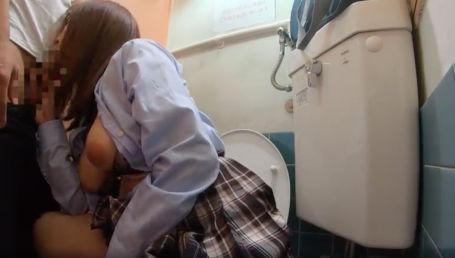 校内のトイレで教師とエッチしちゃうけしからんGカップ女子校生には盗撮動画バラマキの刑じゃ!