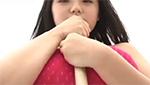 童顔巨乳美少女が競泳水着姿でデッキブラシを谷間に挟んでパイズリ風にw
