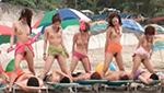 ビーチでビッチギャルがおっぱいモロ出してマ○コを見せつける野外露出乱交
