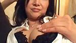 巨乳熟女のブラを脱がして乳房を揉んで乳首にしゃぶりつく。