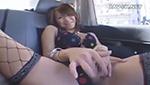 巨乳エロギャルが車内でオマ○コぱっくり開いて見せつけながらオナニー