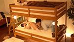 2段ベッドで彼氏の舌で彼友とエッチしちゃった巨乳彼女